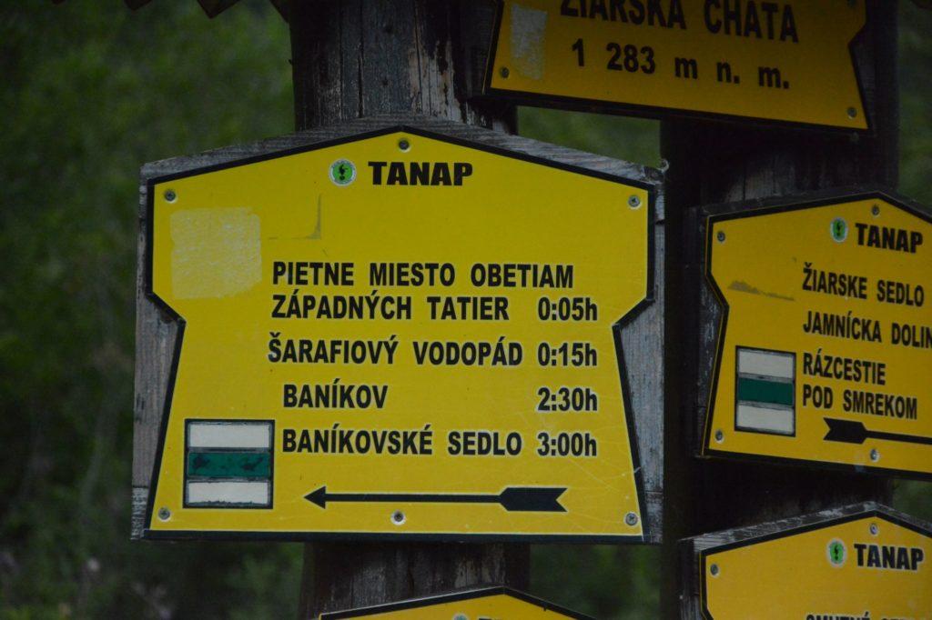 Hinweißschild Wanderweg Baníkov